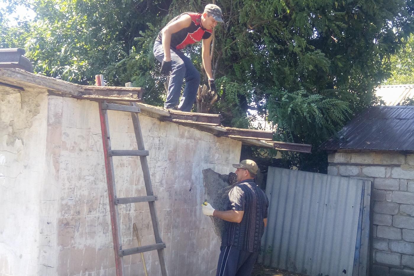 Краснодонские активисты благоустроили остановку в посёлке Урало-Кавказ 2