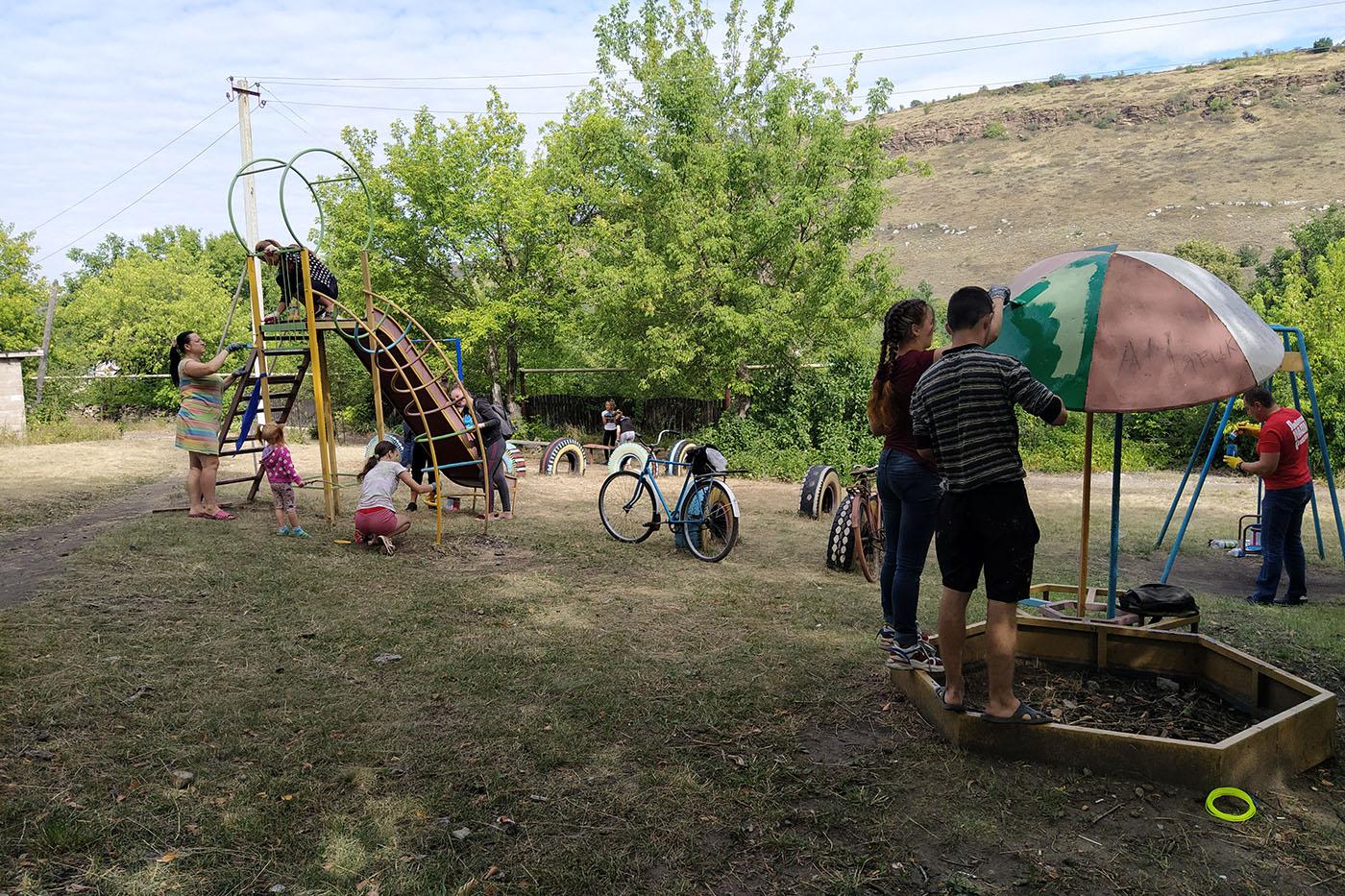 В Бугаёвке активисты ОД «Мир Луганщине» покрасили детскую площадку1