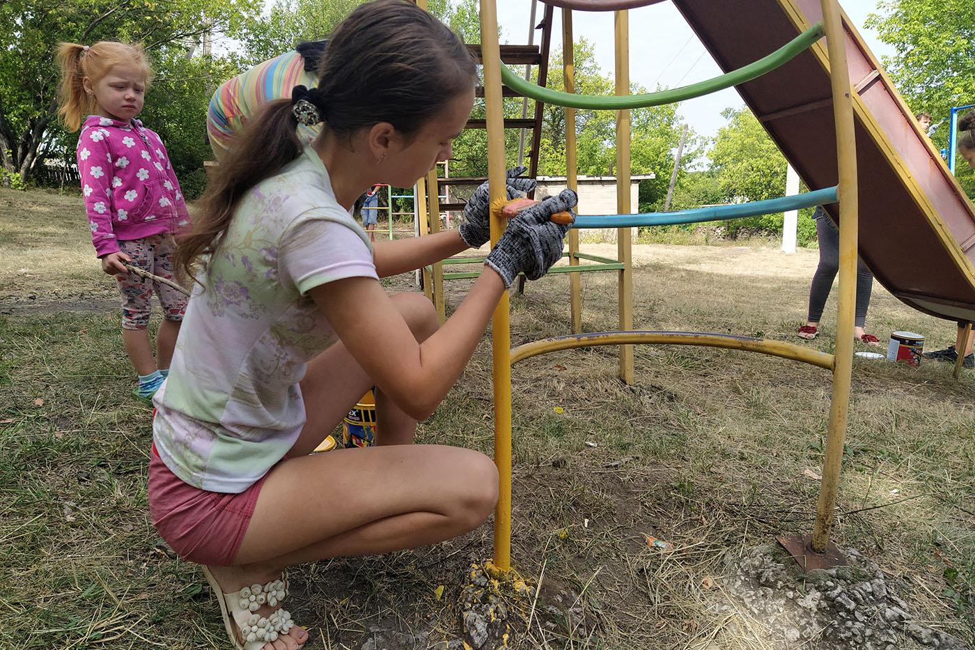 В Бугаёвке активисты ОД «Мир Луганщине» покрасили детскую площадку6
