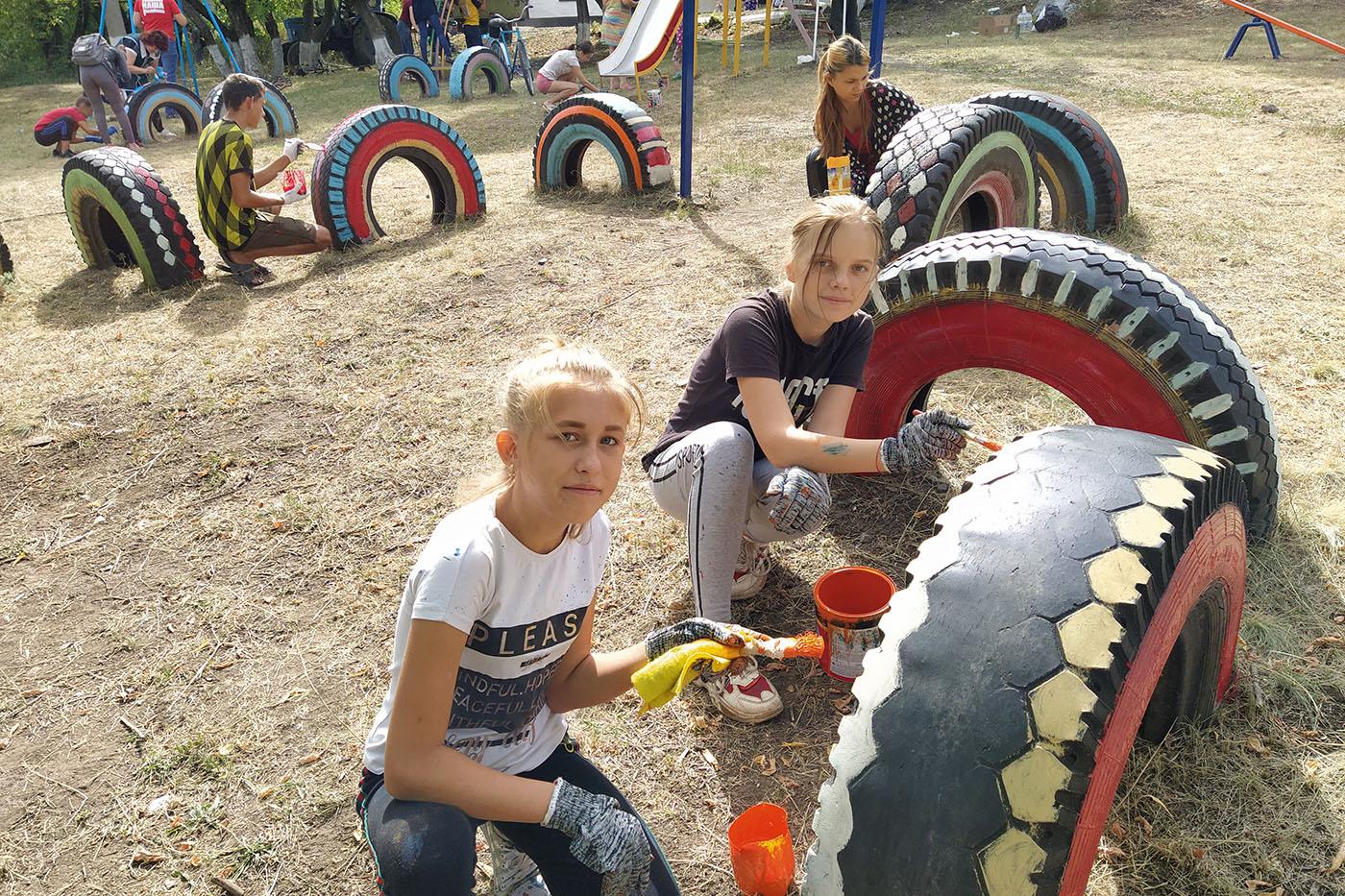 В Бугаёвке активисты ОД «Мир Луганщине» покрасили детскую площадку3