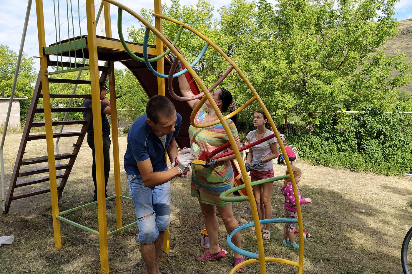В Бугаёвке активисты ОД «Мир Луганщине» покрасили детскую площадку2