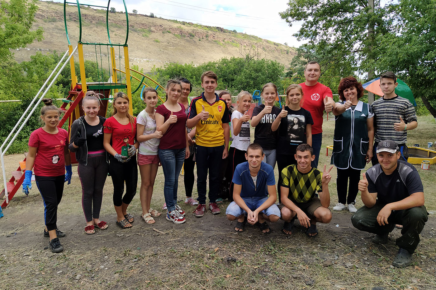 В Бугаёвке активисты ОД «Мир Луганщине» покрасили детскую площадку