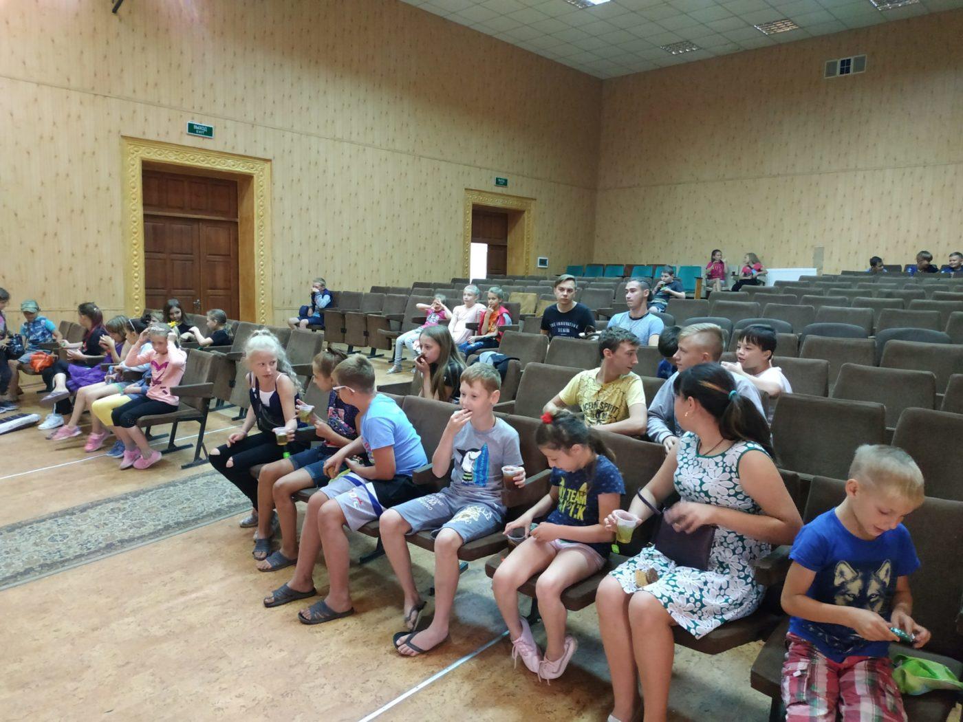 В городе Зимогорье Славяносербского района для местной детворы был организован бесплатный показ фильма