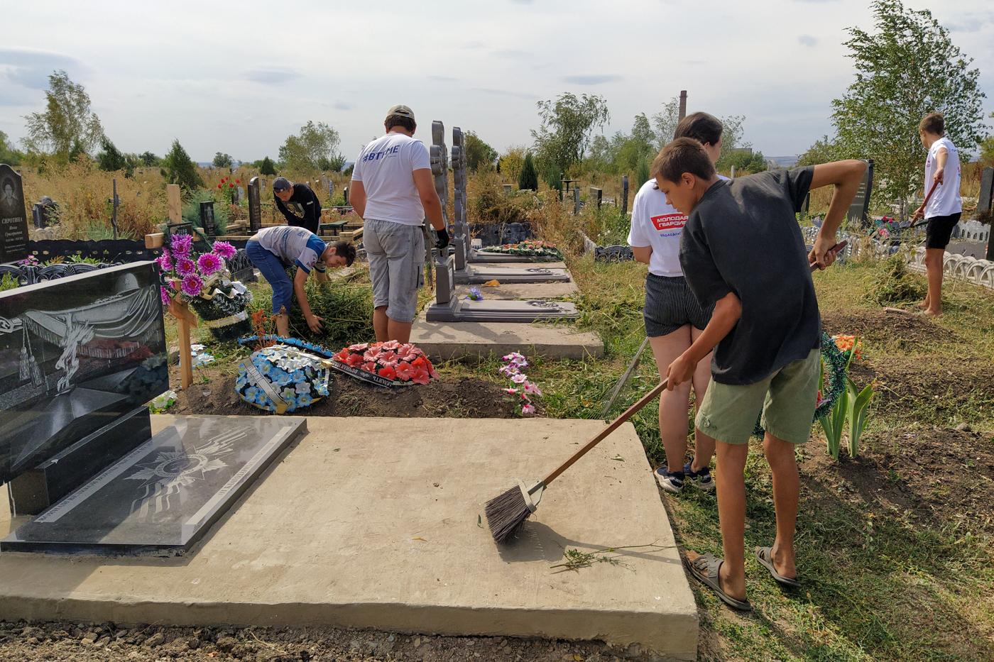 В Перевальске активисты провели субботник на Аллее Славы 2