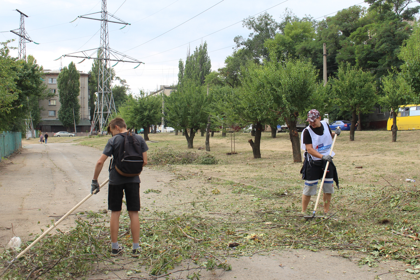 Активисты продолжают благоустраивать территорию в парке Щорса