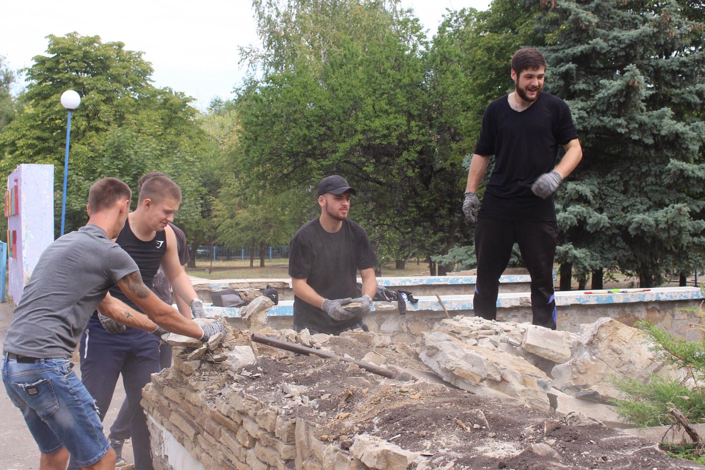 Активисты продолжают благоустраивать территорию в парке Щорса 4