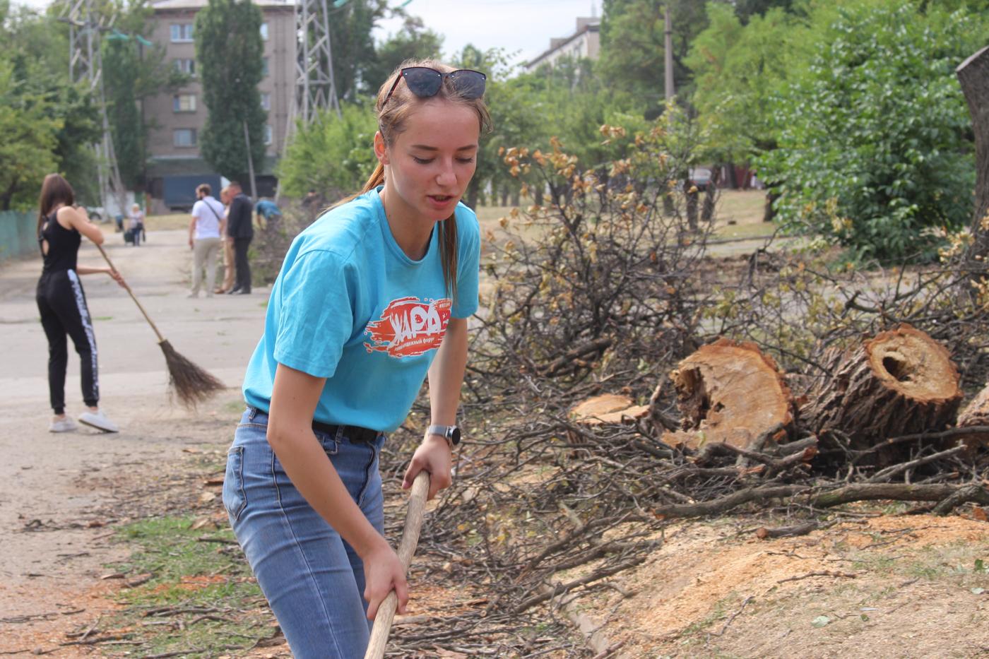 Активисты продолжают благоустраивать территорию в парке Щорса 2