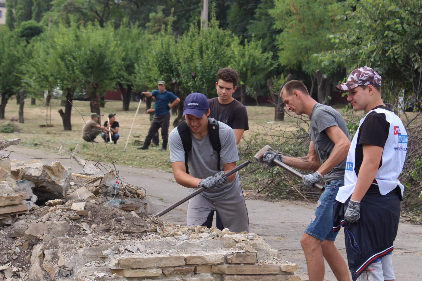 Активисты продолжают благоустраивать территорию в парке Щорса 6