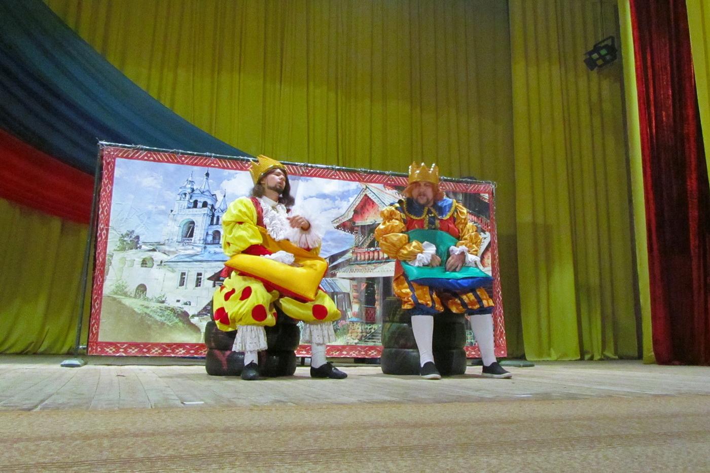 Для детей Кировска артисты луганского театра на Оборонной показали спектакль «Кот в сапогах»