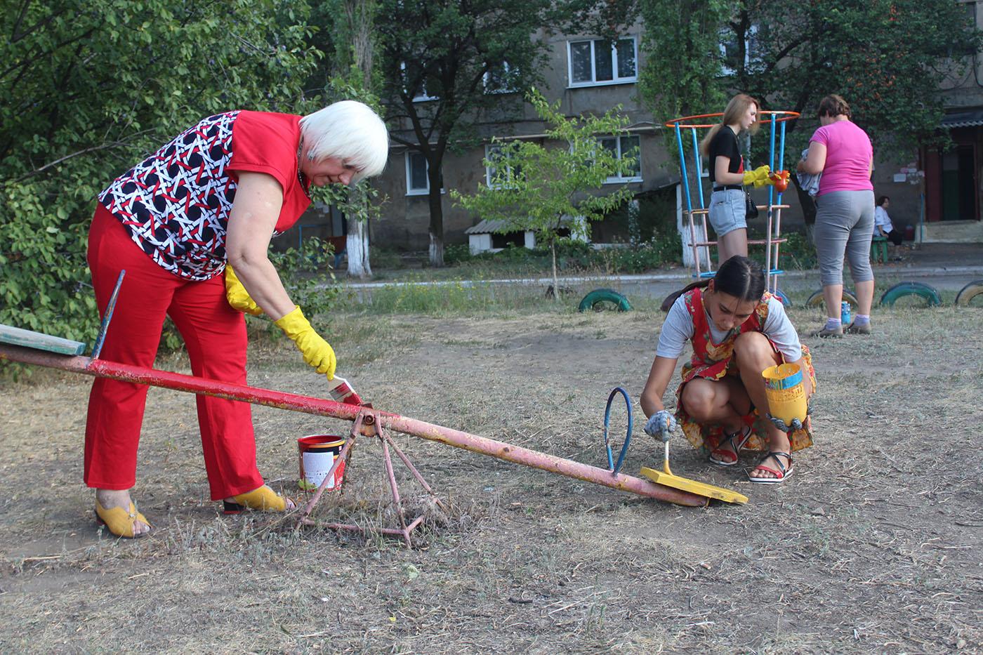 В посёлке Лотиково активисты покрасили детские площадки3