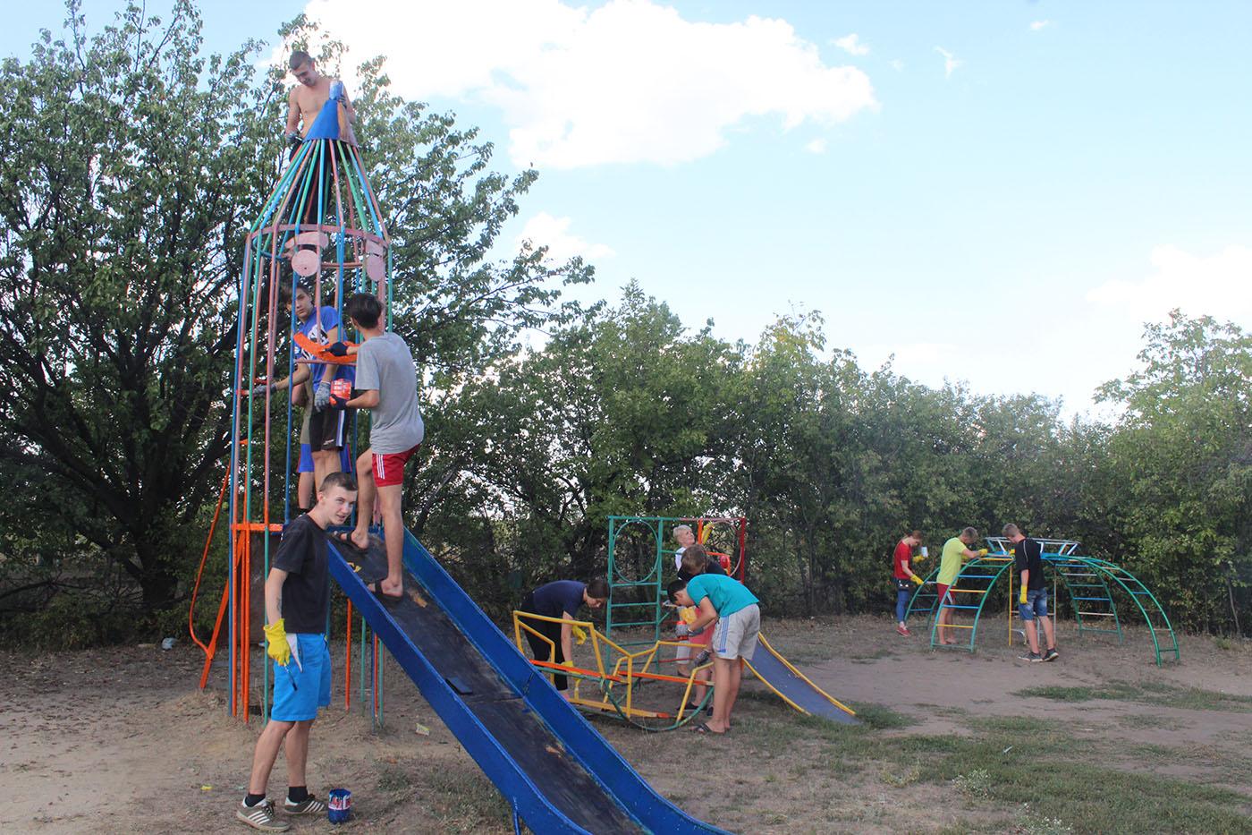 В посёлке Лотиково активисты покрасили детские площадки2