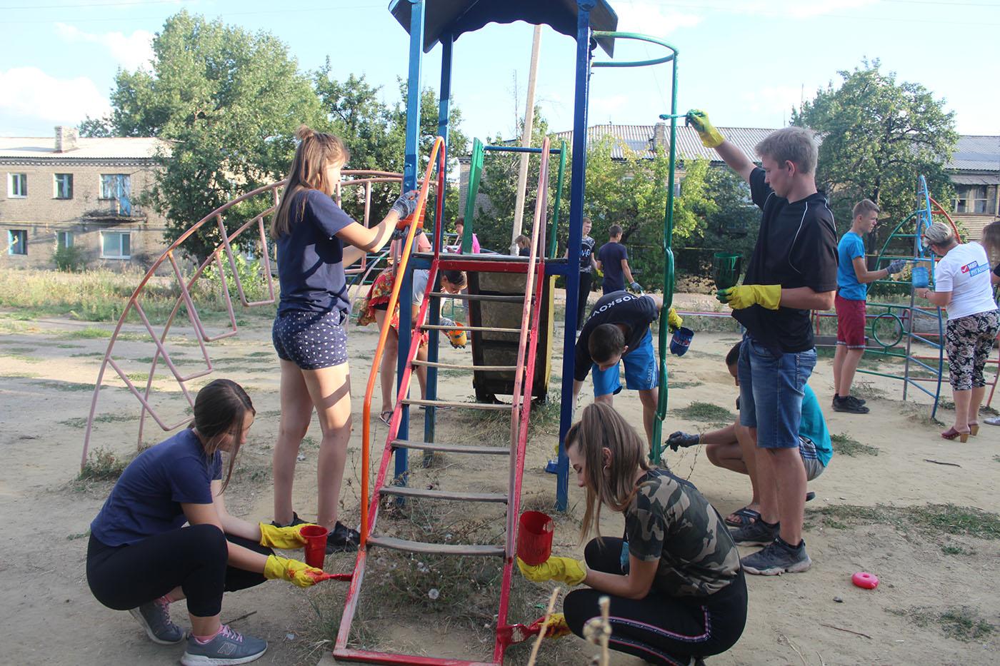 В посёлке Лотиково активисты покрасили детские площадки4