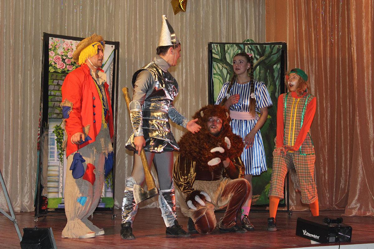 Дети посёлка Лотиково посмотрел спектакль «Волшебник изумрудного города»