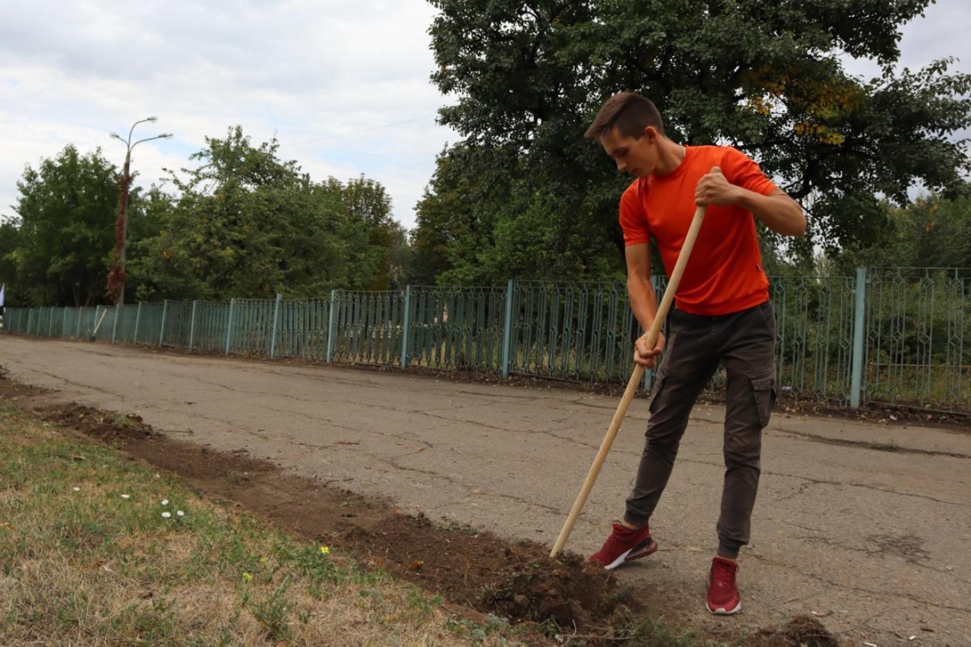 .Активисты и депутат провели субботник в детском парке имени Щорса в Луганске 1