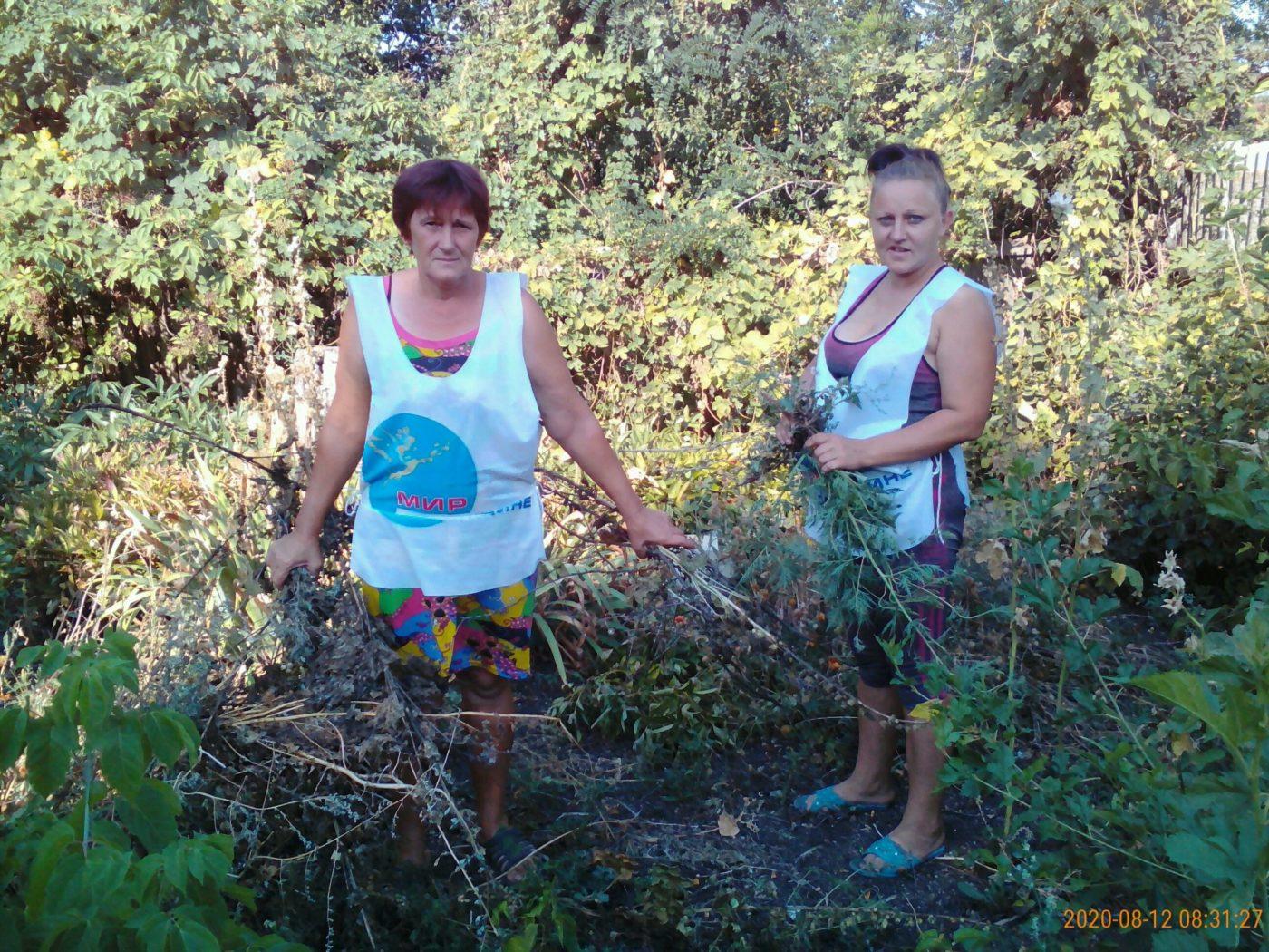 Активисты ОД «Мир Луганщине» оказали помощь одинокой пенсионерке села Белоскелеватое