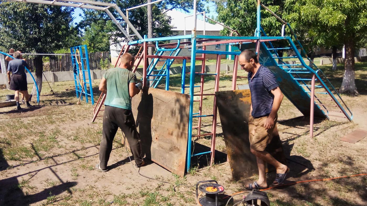 Юрий Юров и жители посёлка Красный Яр восстановили детскую площадку 3