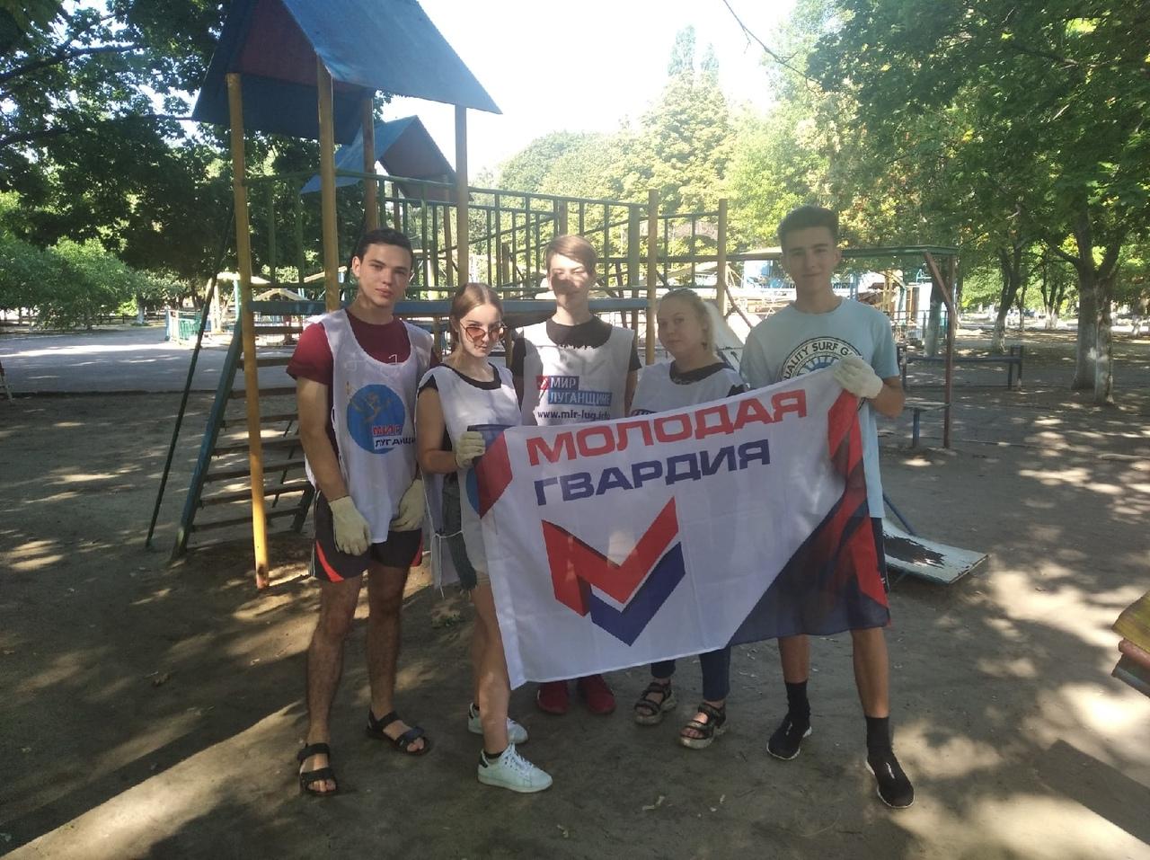 В Кировске активисты Общественного движения «Мир Луганщине» покрасили детские площадки