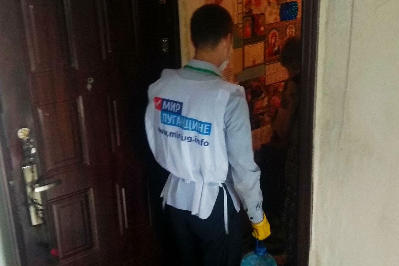 В Первомайске волонтёры оказали помощь двум местным жительницам