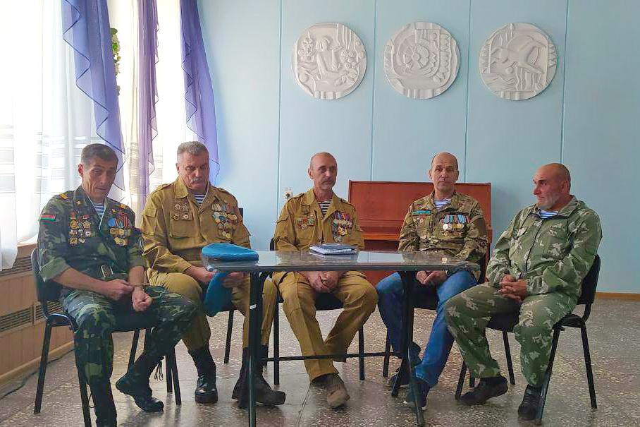 Встреча молодёжи с воинами-десантниками состоялась в Алчевске