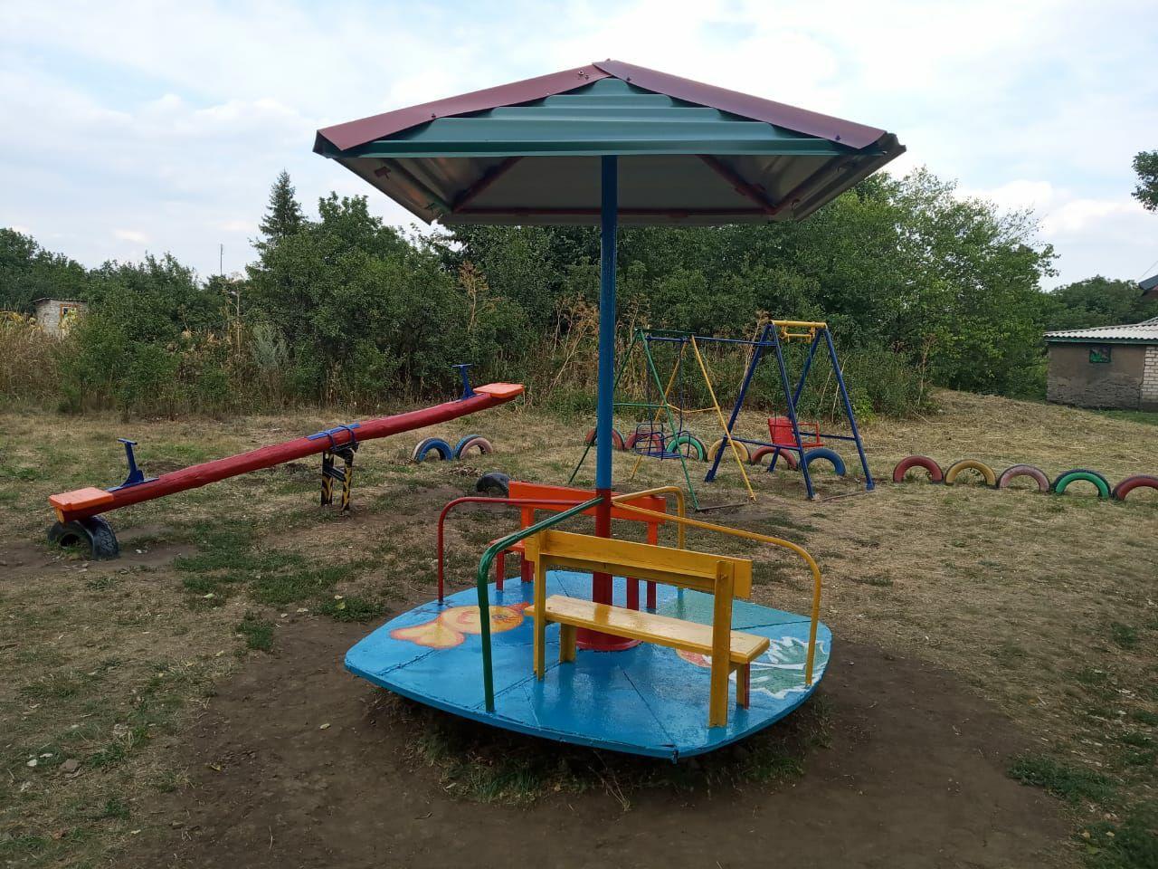 В Антрацитовском районе активисты ОД «Мир Луганщине» провели субботник на детской площадке 3