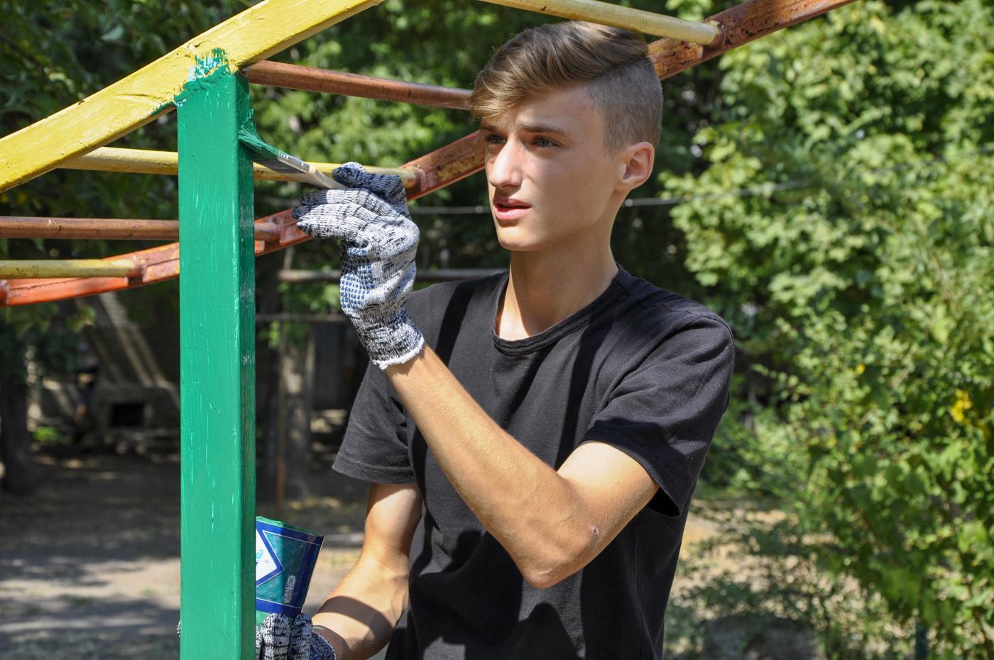 Активисты проекта «Молодая Гвардия» провели субботник на детской площадке Луганска