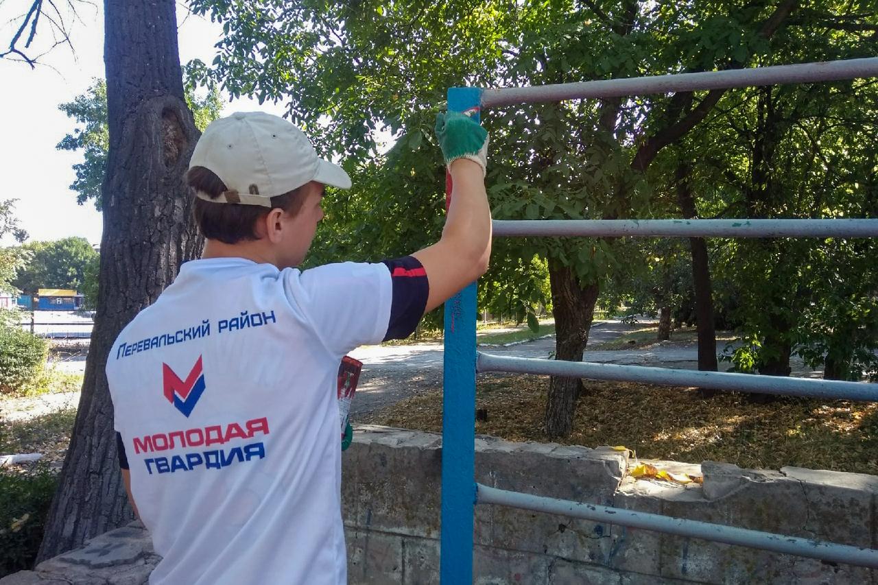 Молодогвардейцы Перевальского района провели субботник на спортивной площадке