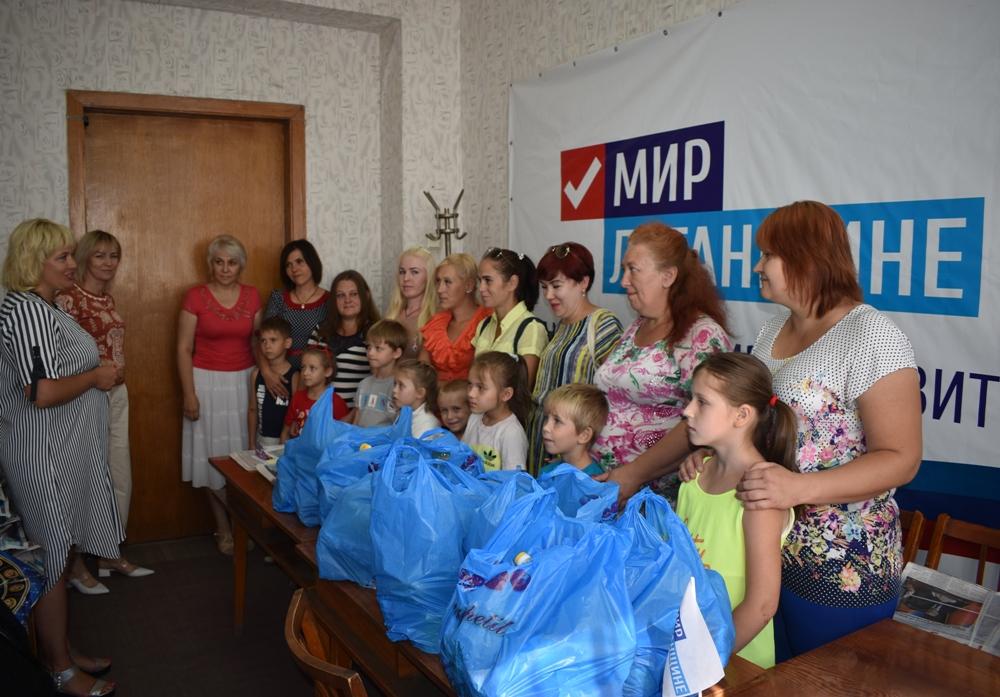 Жители Брянки получили продуктовые наборы от ОД «Мир Луганщине»