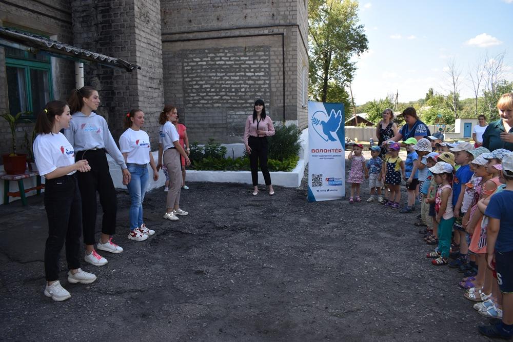 Волонтёры устроили праздник для детей, проживающих на прифронтовых территориях Республики2