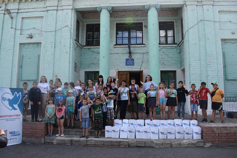 Волонтёры устроили праздник для детей, проживающих на прифронтовых территориях Республики