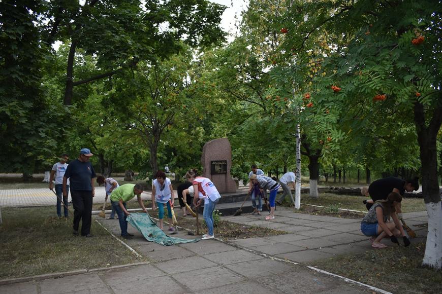 Брянковские активисты провели субботник в парковой зоне 1