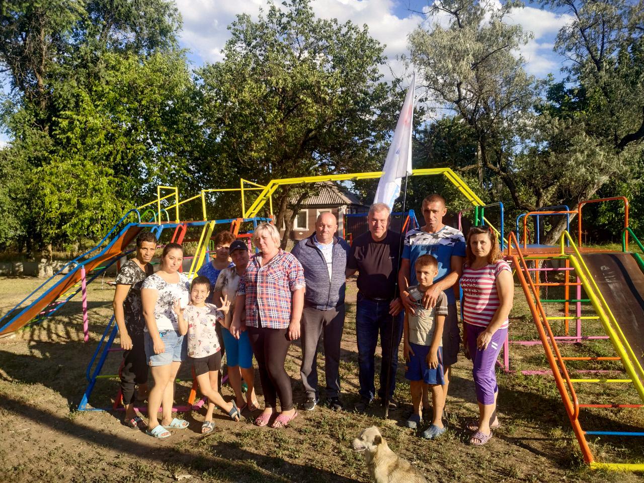 Юрий Юров и жители посёлка Красный Яр восстановили детскую площадку