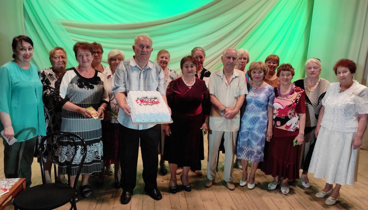 В Лутугино поздравили с 80-летием активиста ветеранского движения, солиста хора «Надия»
