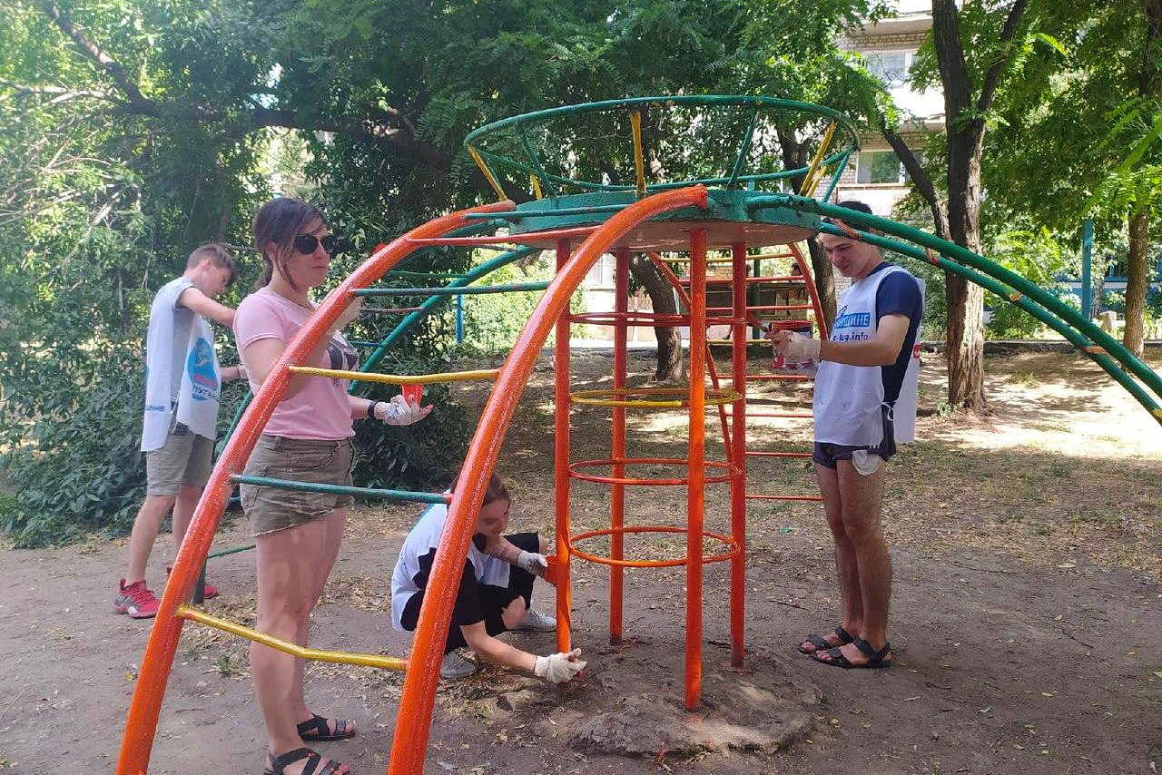 Активисты проекта «Молодая Гвардия» благоустроили детскую площадку в Кировске