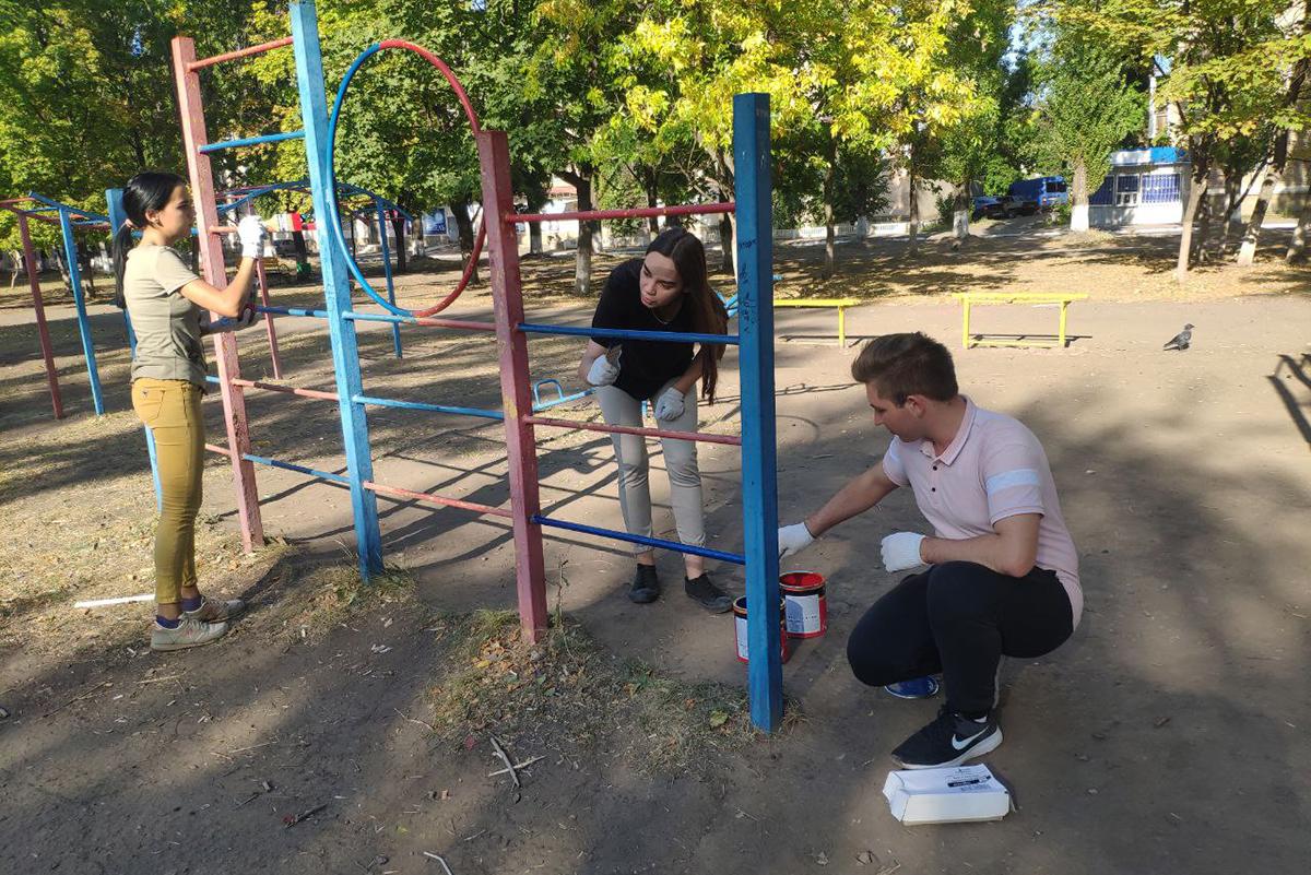 Краснодонские активисты покрасили детскую площадку в Суходольске 2
