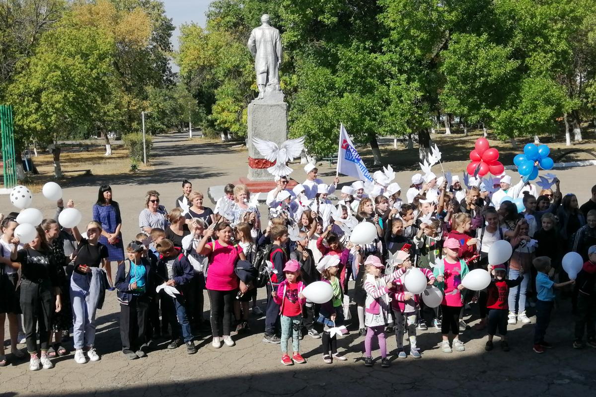Активисты провели акцию «Мир Меняет людей» в Антрацитовском районе