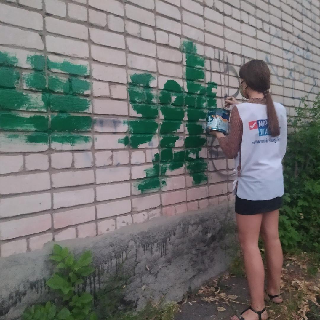 В рамках акции «Стоп наркотикам!» активисты Антрацита закрасили адреса наркоторговцев 1