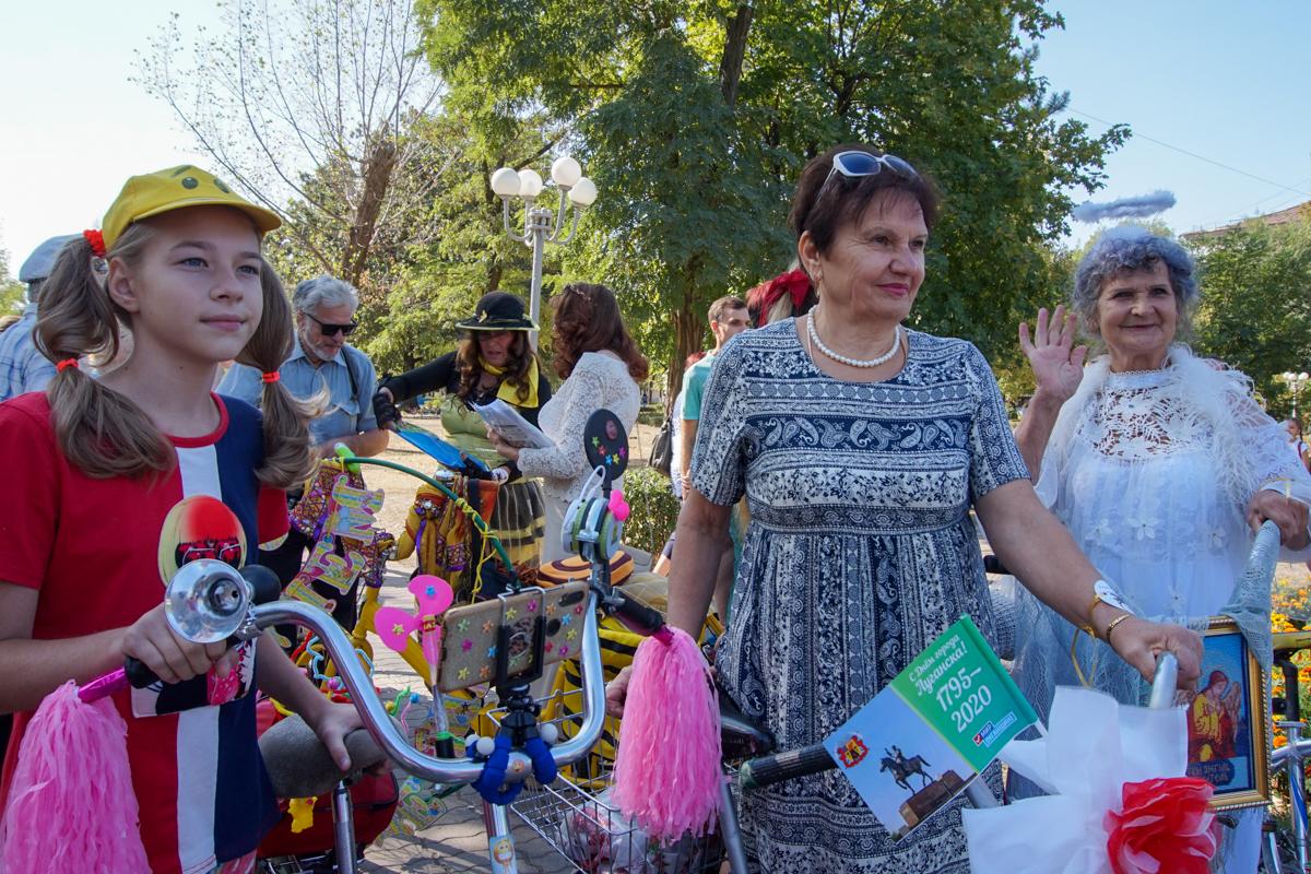 Шоу «Леди на велосипеде» и зоодефиле «Четыре лапы» прошли в Луганске в честь Дня города 1