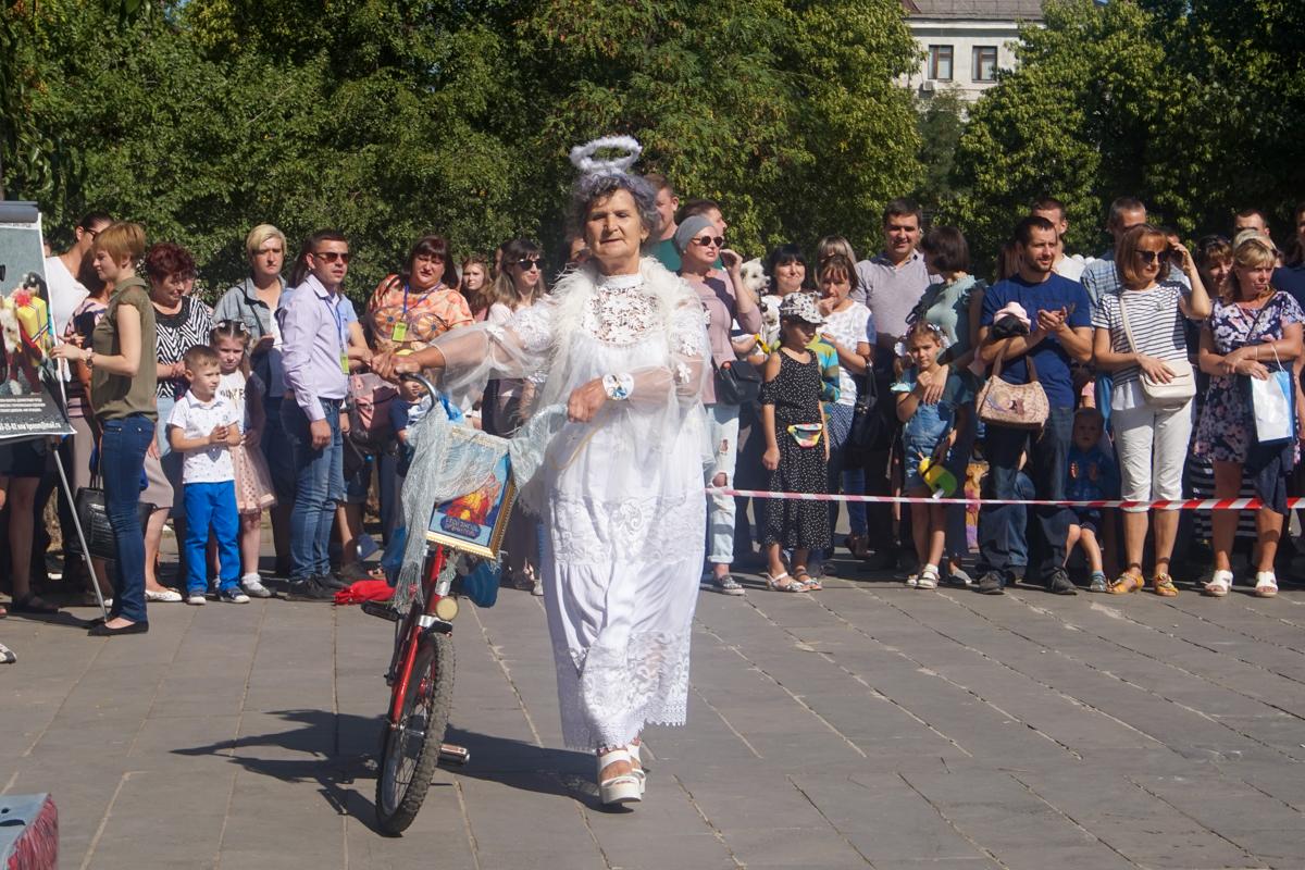 Шоу «Леди на велосипеде» и зоодефиле «Четыре лапы» прошли в Луганске в честь Дня города 3