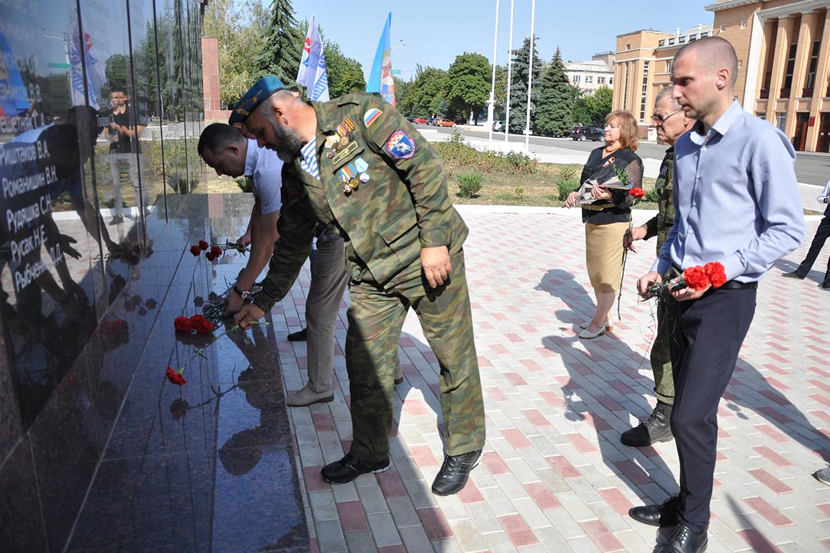 В Стаханове прошло памятное мероприятие ко Дню Неизвестного солдата – защитника ЛНР