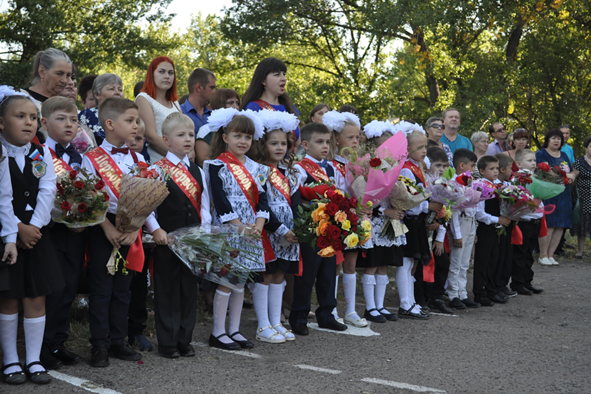 Школьники из Брянки получили дневники от ОД «Мир Луганщине»2