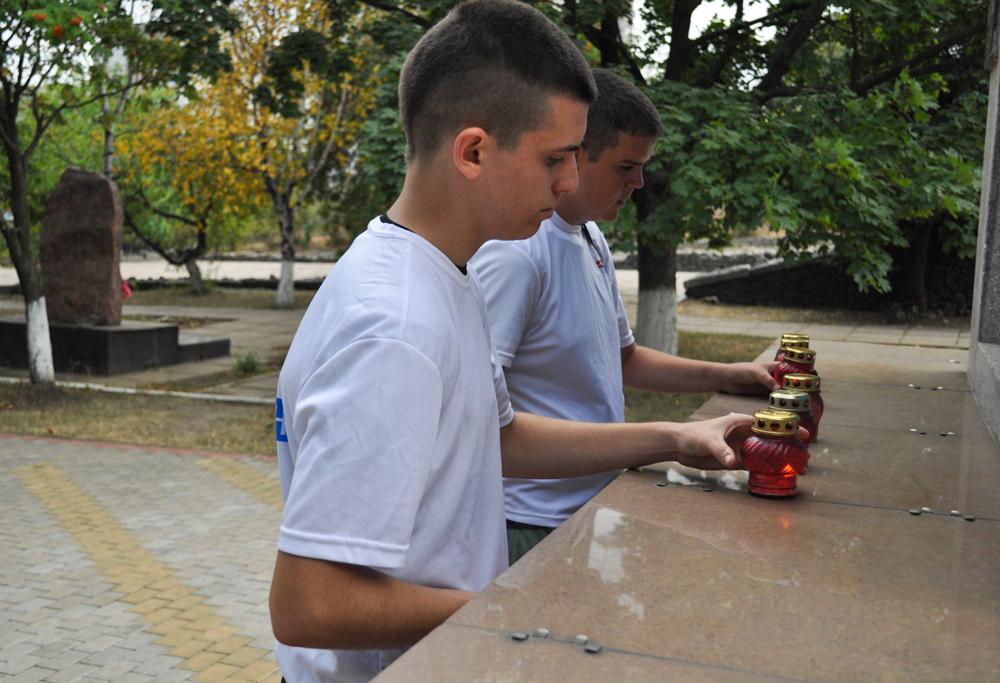 В Брянке активисты провели акцию памяти ко Дню Неизвестного Солдата – защитника ЛНР 3