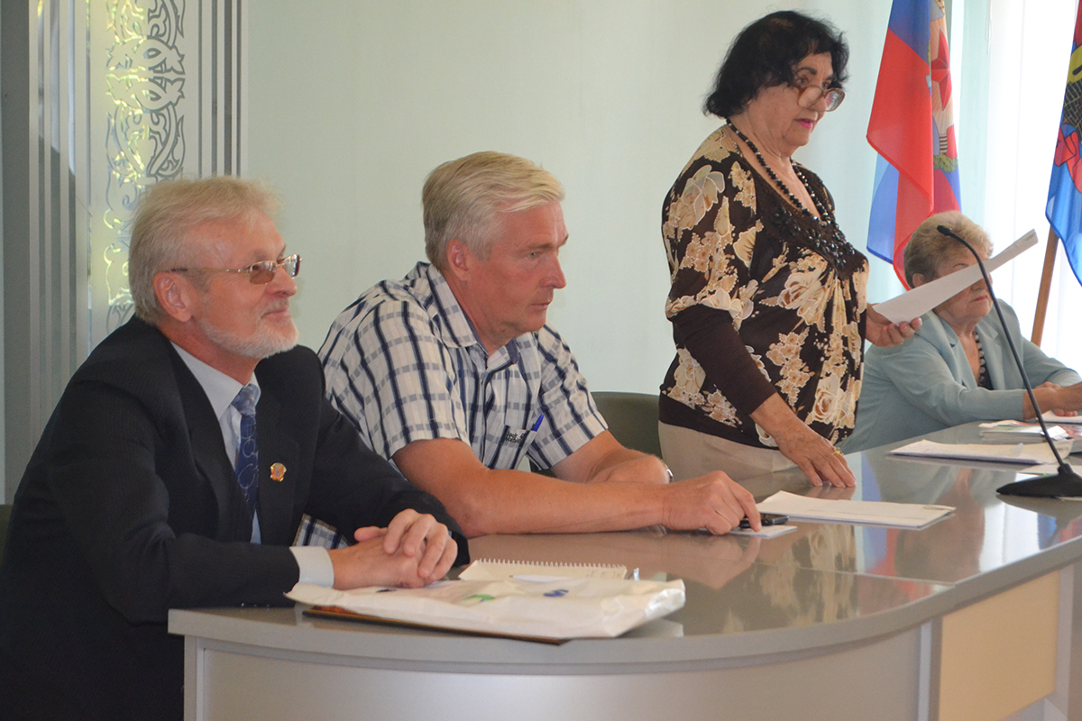 В Луганске депутат Юрий Теликанов вручил ветеранам спорта стартовые пакеты «Лугаком» 4