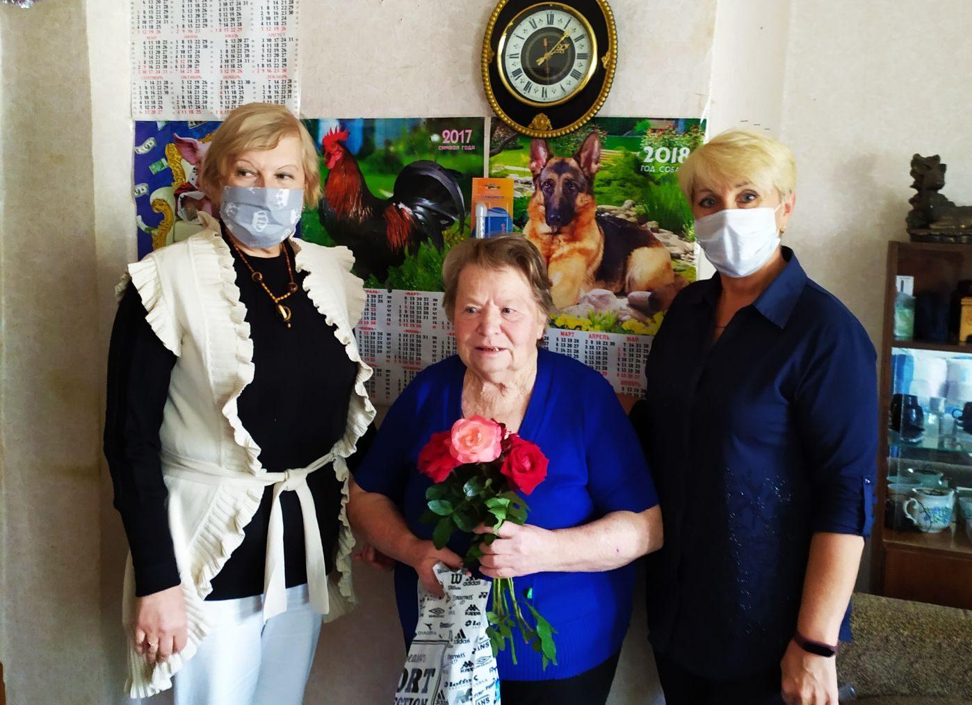В Славяносербске активисты поздравили с 80-летием ветерана войны Анну Фурову 1
