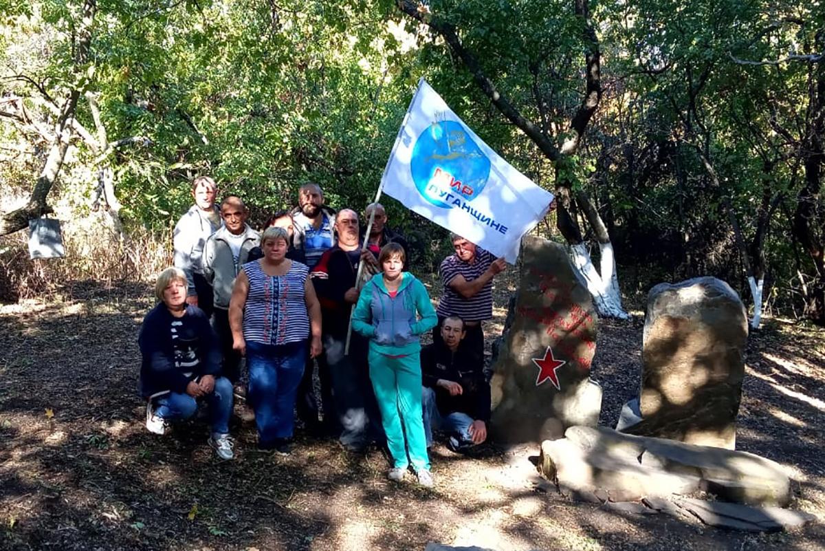 Краснолучские активисты навели порядок на памятном месте, где в 1942 году погиб советский лётчик