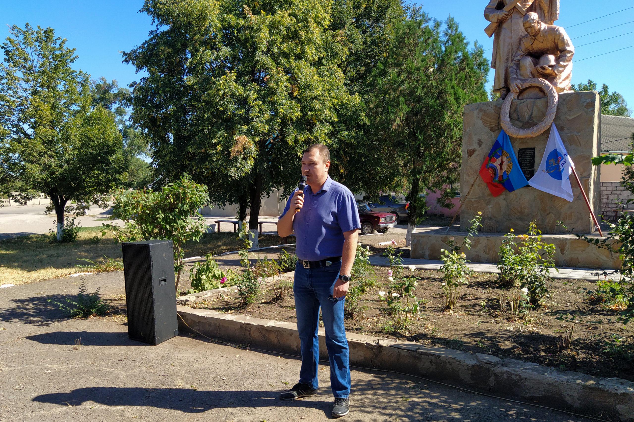 Активисты Общественного движения «Мир Луганщине» уставили флаги на самой высокой точке посёлка Михайловка 2