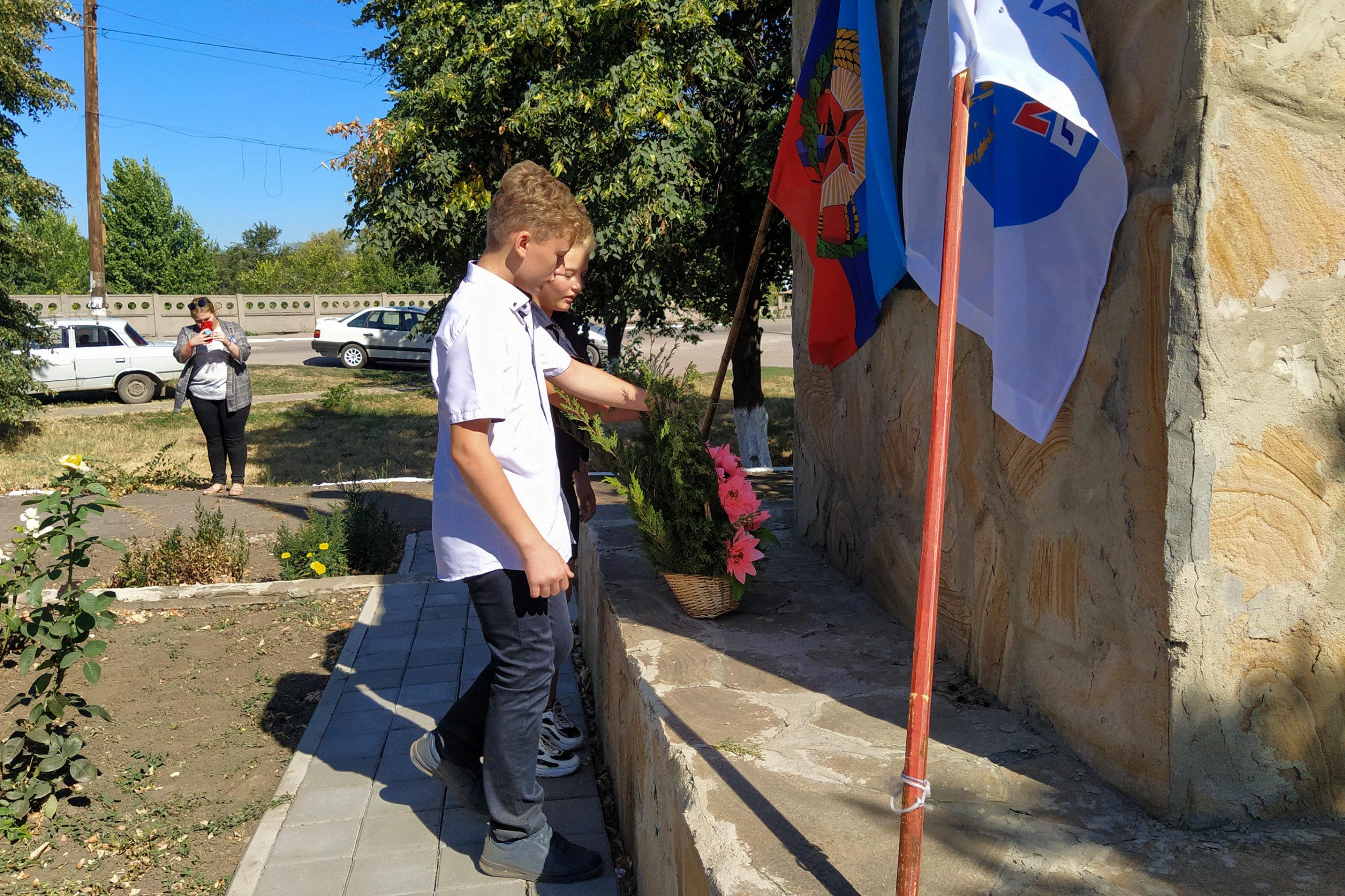 Активисты Общественного движения «Мир Луганщине» уставили флаги на самой высокой точке посёлка Михайловка 4