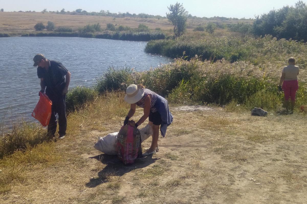 Активисты из посёлка Урало-Кавказ привели в порядок прибрежную зону става и водопада 4