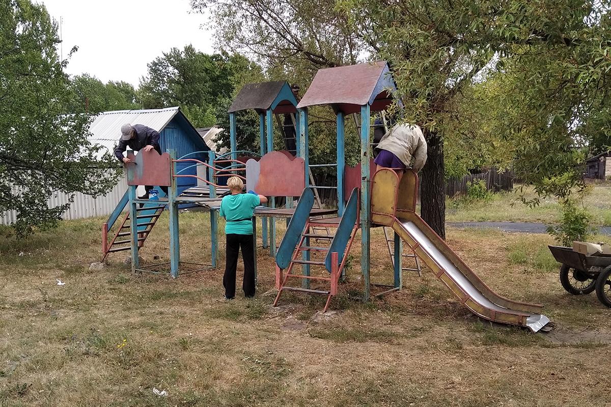 По инициативе и при поддержке депутата Павла Малого покрасили детскую площадку в Южной Ломоватке