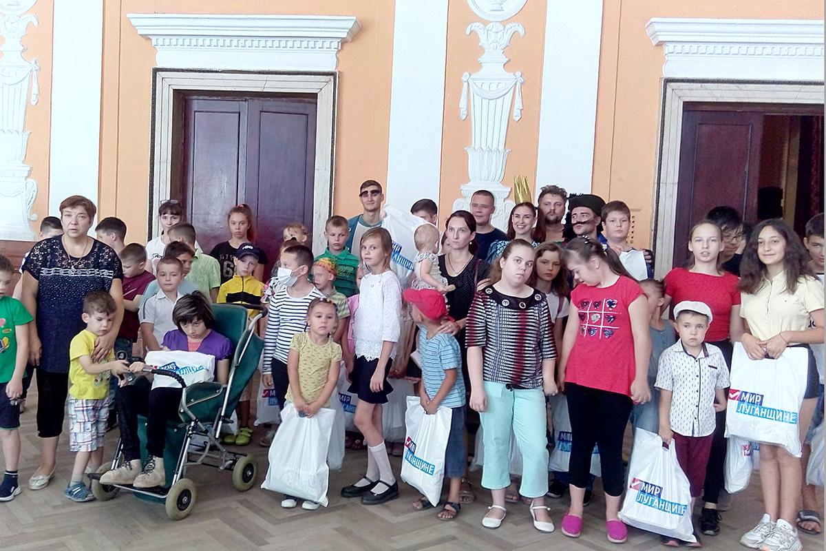 В Алчевске артисты театра показали зрителям сказку «Кот в сапогах»