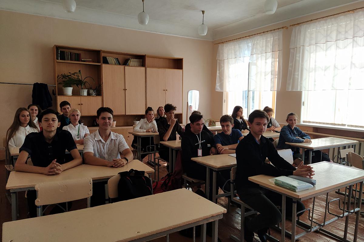Учащиеся Перевальской гимназии узнали о проекте «Молодая Гвардия» ОД «Мир Луганщине»